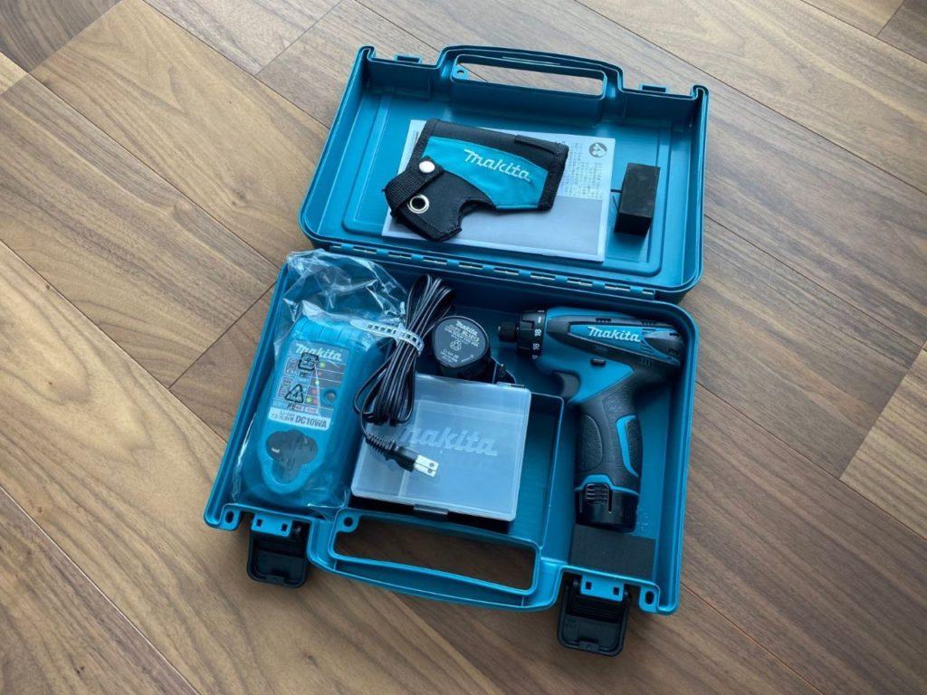 マキタのドリルドライバー 2個のバッテリーと充電器 専用ケースが付属